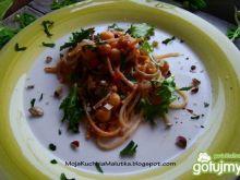 Spaghetti z ciecierzycą i orzechami