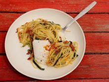 Spaghetti z cukinią, boczkiem i jajkiem w koszulce