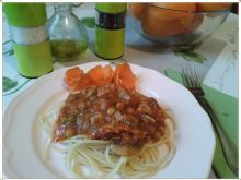Spaghetti z groszkiem i pomarańczowym kurczakiem