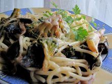 Spaghetti z grzybami, warzywami i sosem