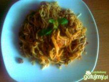 Spaghetti z kiełbasą i marchewką