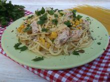 Spaghetti z łososiem, kukurydzą i natką pietruszki