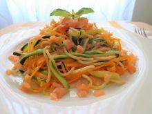 Spaghetti z marchewki, cukinii i wędzonego łososia