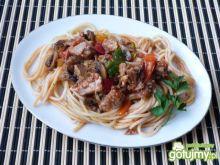 Spaghetti z mięsem, pieczarkami, papryką