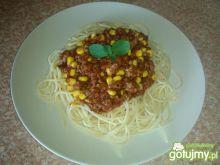 Spaghetti z mięsnym sosem  i kukurydzą