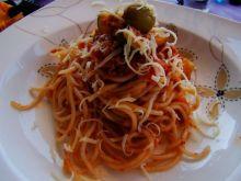 Spaghetti z oliwkami i cukinią