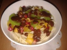 Spaghetti z owocami i sosem czekoladowym
