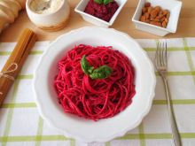 Spaghetti z pesto z buraków