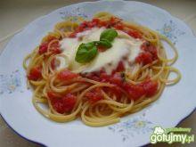 Spaghetti z pomidorami czosnkiem i mozza