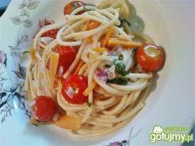 Spaghetti z pomidorkami i jarmużem