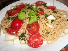 Spaghetti z pomidorkami i kozim serem