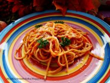 Spaghetti z sosem pomidorowym i grana