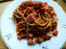 Spaghetti z warzywami i kiełbasą