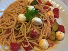 Spaghetti z warzywami i mozzarellą