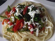 Spaghetti z warzywami pod mozzarellą