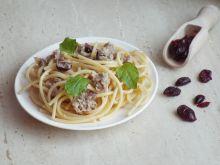 Spaghetti z wędzoną makrelą, żurawiną i miętą