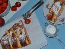 Strucla z serem, truskawkami i brzoskwiniami