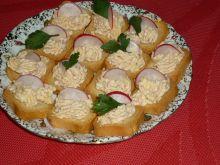 Suchary z pastą szynkowo-serową