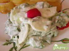Surówka do obiadu - sałata z ogórkami.