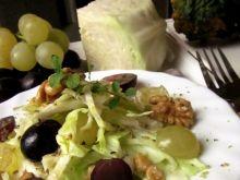 Surówka z białej kapusty  i winogron
