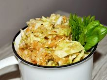 Surówka z białej kapusty, marchewki jabłka cebuli