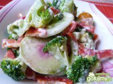 Surówka z brokuła, ogórków i pomidorków