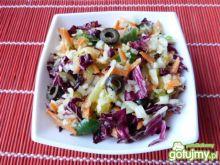 Surówka z cykorii, marchewki i oliwek