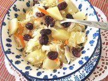Surówka z kapustą i owocami