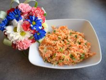 Surówka z marchewki, białej rzodkwi i szczypiorku