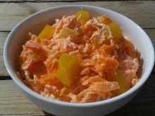 Surówka z marchewki z brzoskwinią