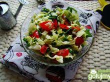 Surówka z młodej kapusty i pomidora