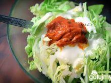 Surówka z młodej kapusty z pesto pomidor