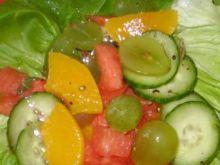 Surówka z ogórka i owoców