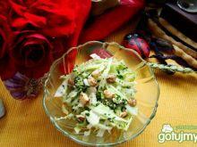 Surówka z orzechami z sosem czosnkowym