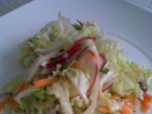 Surówka z pekińskiej i innymi warzywami.