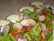 Surówka z rzodkiewek i jabłek na sałacie