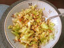Surówka z sałaty lodowej z orzechami i serem