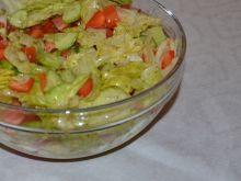 Surówka z sałaty lodowej z sosem greckim