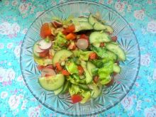 Surówka z sałaty, ogórka, papryki, pomidorków