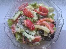 Surówka z sałaty rzymskiej, ogórka, papryki