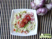 Surówka z włoskiej kapusty z pomidorami
