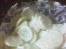 Surówka z zielonych ogórków  i śmietany