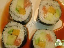 Sushi – futomaki z łososiem, papryką