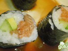 Sushi maki z łososiem, awokado i ogórkie