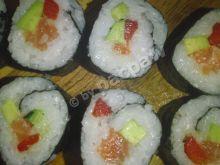 Sushi maki z łososiem, papryką