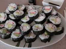Sushi maki z ogórkiem i paluszkami krabowymi