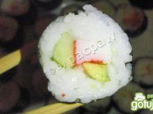 Sushi maki z paluszkami krabowymi