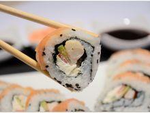 Sushi uramaki z krewetkami i łososiem