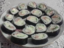 Sushi z łososiem, ogórkiem, serkiemi rukolą