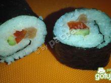 Sushi z łososiem, papryką czerwoną i awo